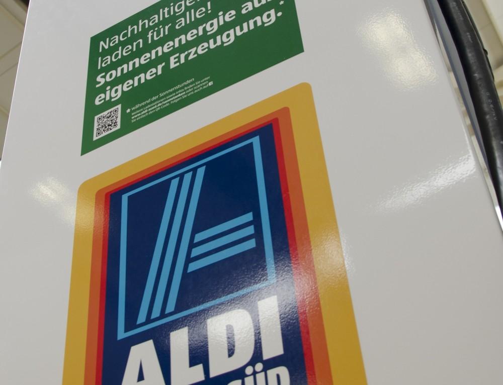 Cadeia «Supermercados Aldi» inaugura os primeiros postos de carregamento de veículos eléctricos